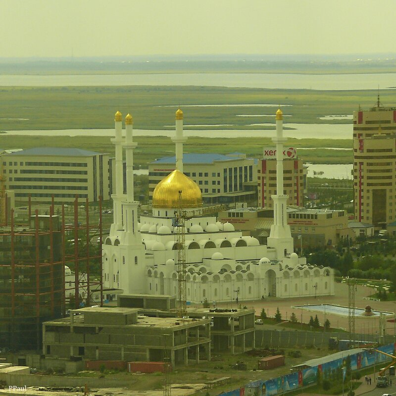 Байтерек, вид на мечеть