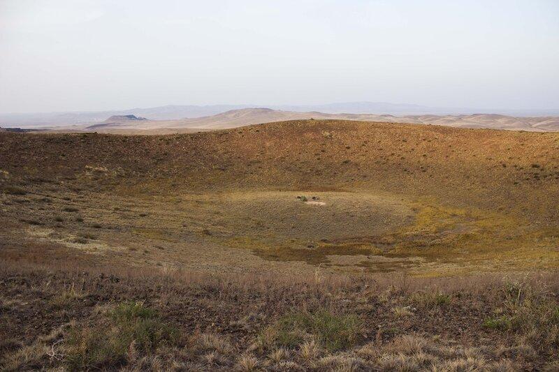 палатка в кратере потухшего вулкана, вулканическая зона Wulan Hada, Baiyinchagan volcano group