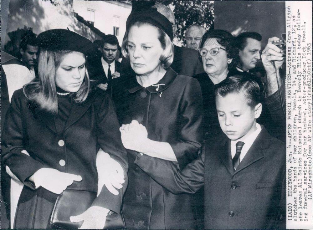 1963. Актриса Джун Эллисон с детьми на похоронах мужа Дика Пауэлла