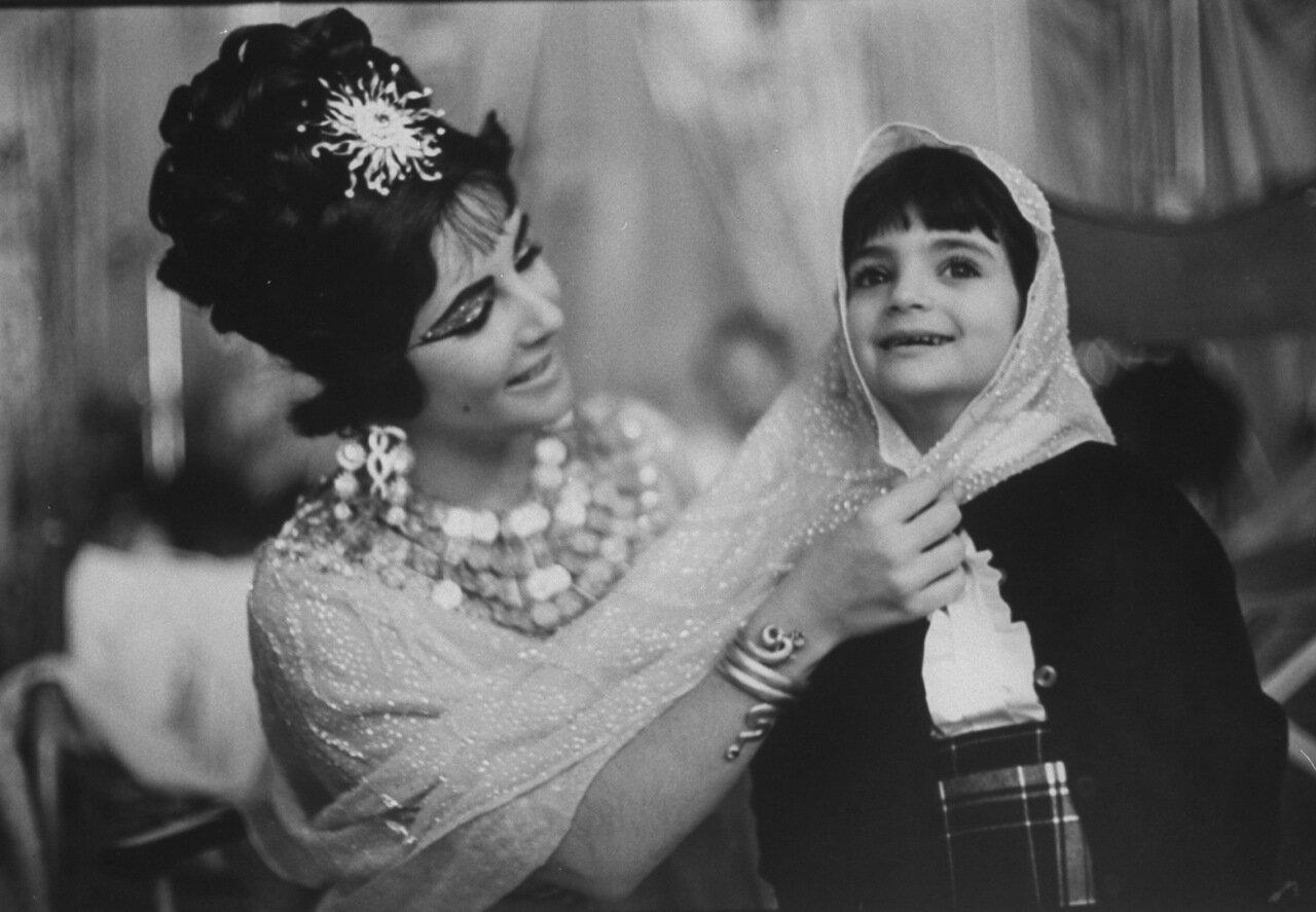 1962. Лиз Тэйлор играет с Лизой, своей дочерью от Майкла Тодда на съемках «Клеопатры» в Риме в апреле 1962.