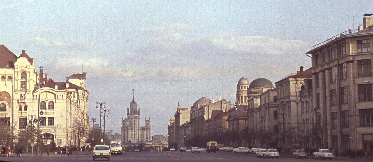 Лубянка. Вид на Старую площадь, вдали - высотка на Котельнической набережной.