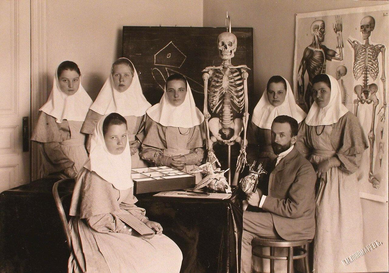 34. Врач проводит занятие по анатомии с группой сестер милосердия