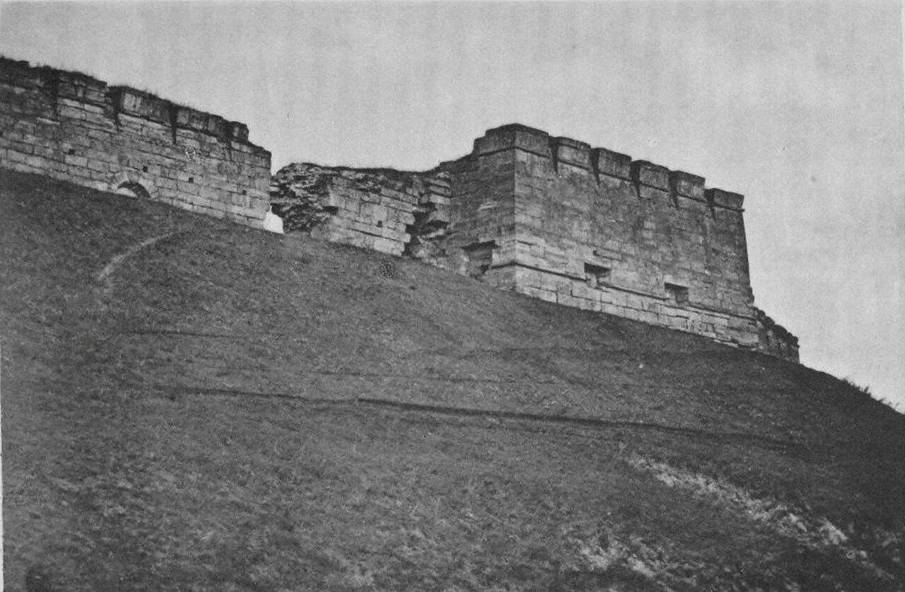 Вид полубашни древнего каменного города и стен южной стороны, обращённой к Наре