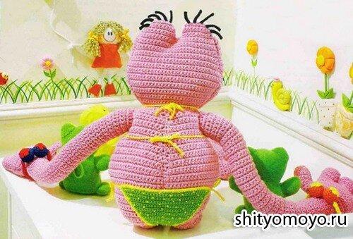 Детская игрушка своими руками: лягушка в бикини, связанная крючком