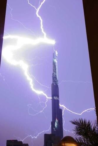 Фото удара молнии в 818 метровый