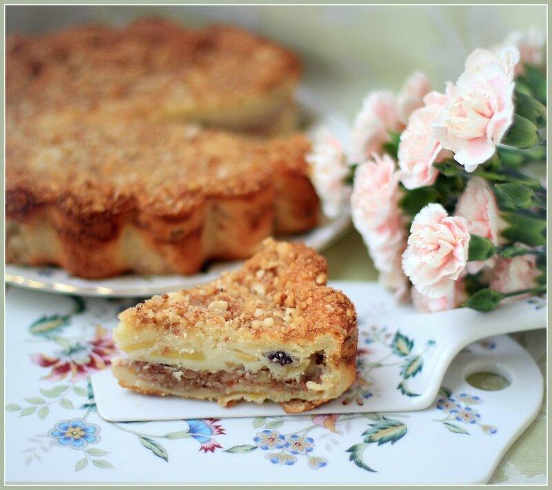 Сметано-яблочный пирог с орехами
