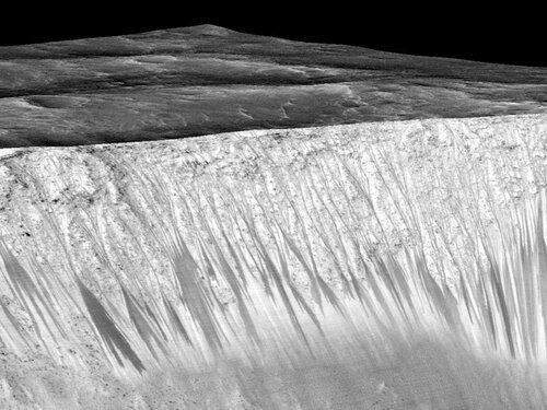 Тёмные полосы на марсианском кратере