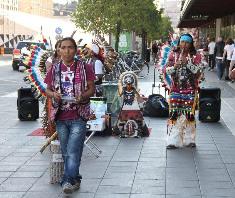 Стокгольм. Торговая улица Дроттнинггатан. Stockholm. Drottninggatan, main maket street. Уличные музыканты, street musician  South American Indians