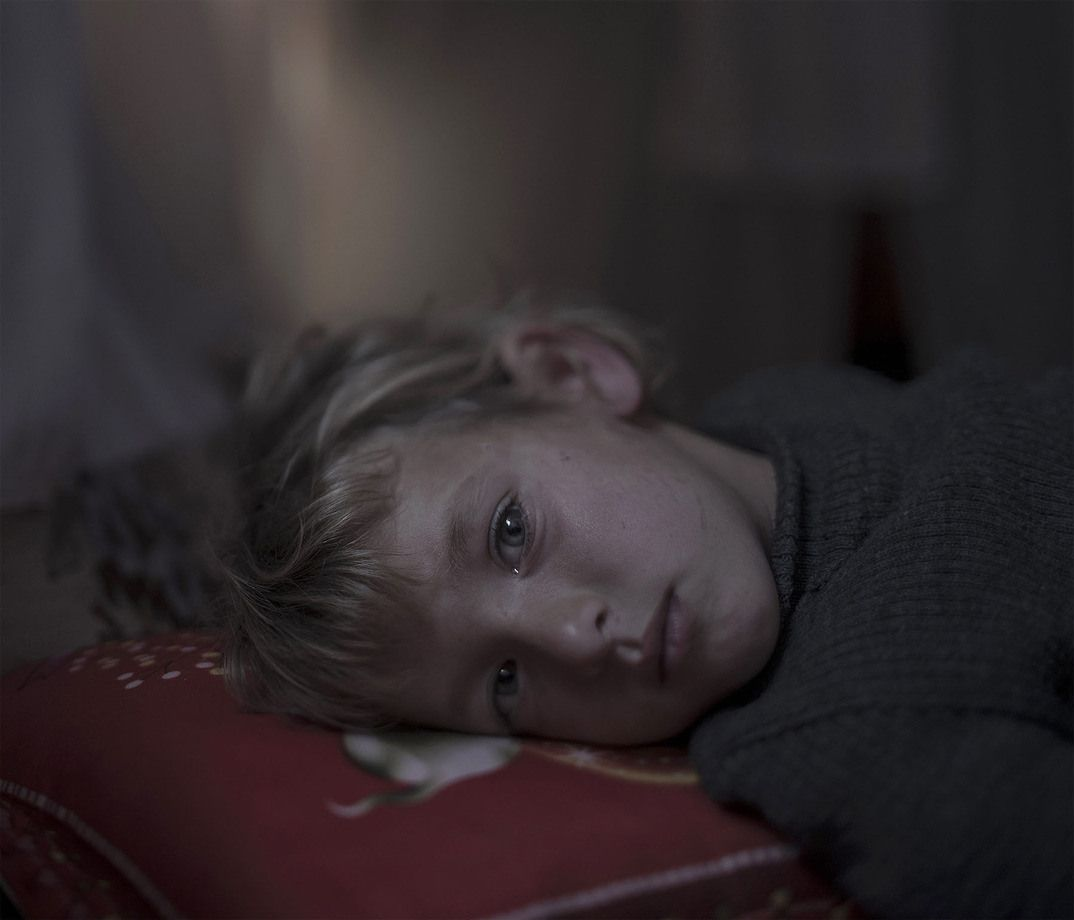 1. Валаа, пятилетняя беженка, живет в лагере в Ливане и плачет каждую ночь. Ей страшно ложиться на п