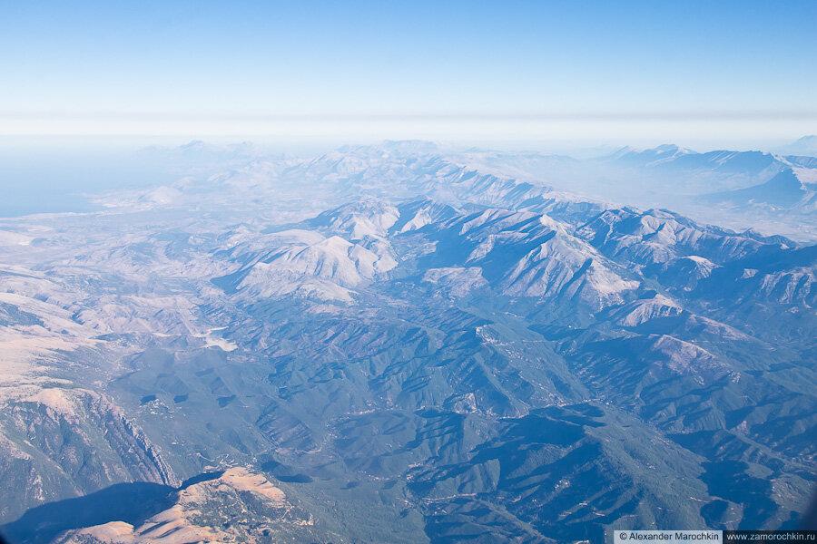 Горный рельеф Балканского полуострова с самолёта