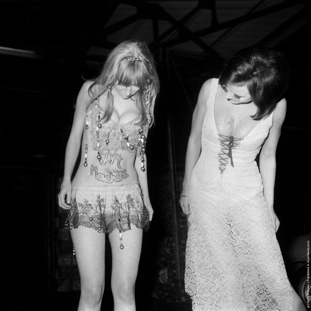 Hippies.Поклонники рок группы Soft Machine. Название группы написаны на животе  и груди