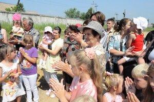 Жители Артема создали детскую площадку своими руками