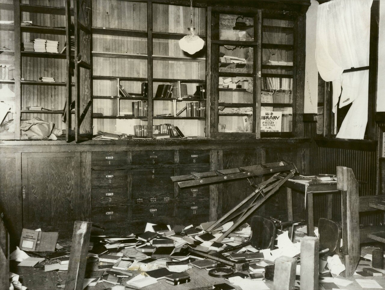 1934. Уничтожение коммунистической литературы во время рейда в Беркли