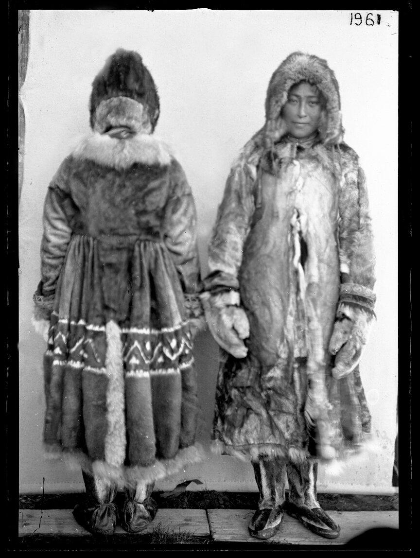 Женщины в меховой одежде, река Лены