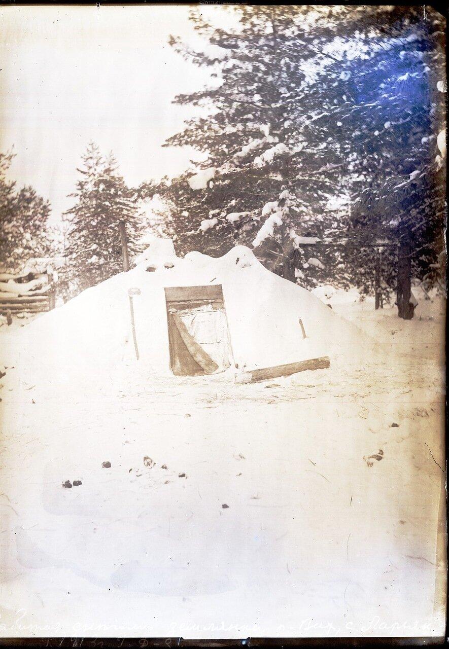 1913. Село Ларьяк.  Забитая снегом землянка
