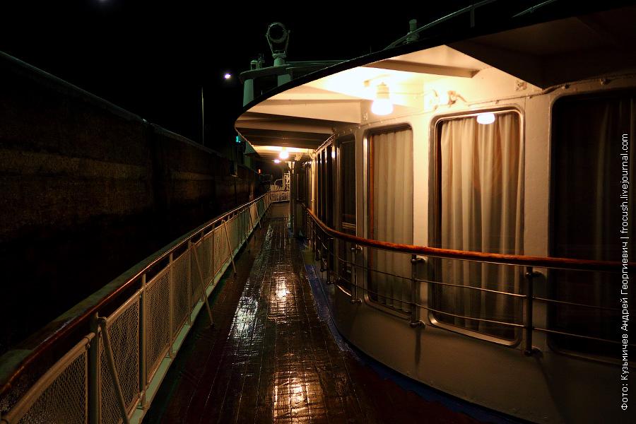 ночной правый борт шлюпочной палубы теплохода