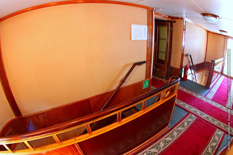 Холл в носовой части шлюпочной палубы теплохода «Космонавт Гагарин»