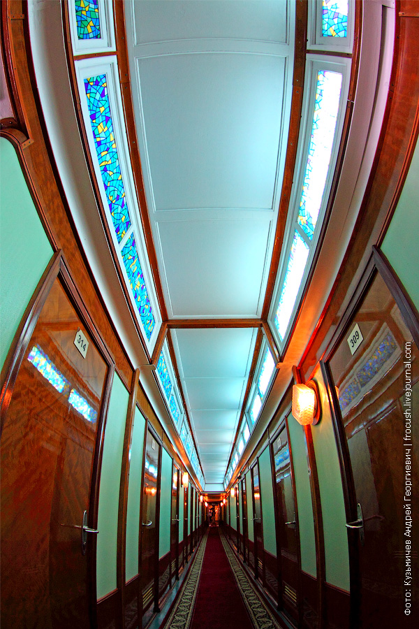 Коридор на шлюпочной палубе с цветными витражными стеклами