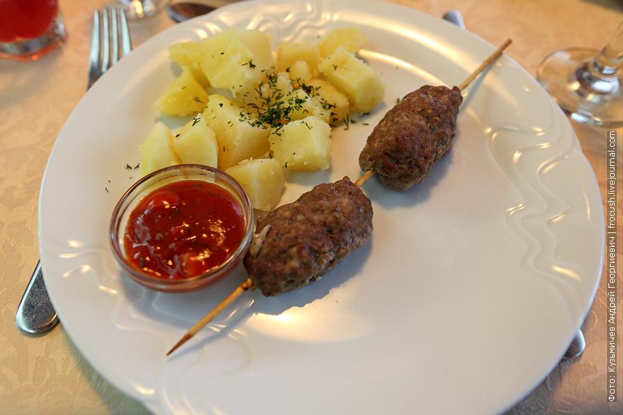 Люля-кебаб на шпажке, отварной картофель, соус «Сацибели»