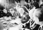 Генерал Эйзенхауэр подписывает декларацию о намерениях Союзн.jpg