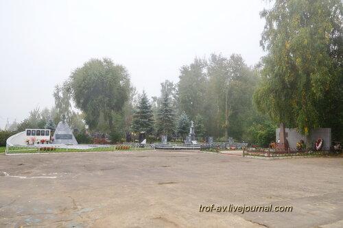 Никольское кладбище, вид на памятники погибшим в ВОВ и летчикам разбившимся в Камране и Ржеве, Одинцовский р-н