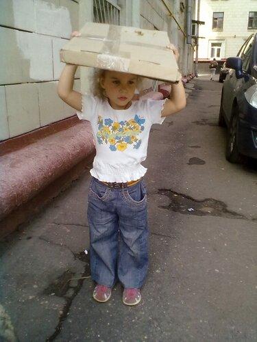 Дочка помогает грузить мангал