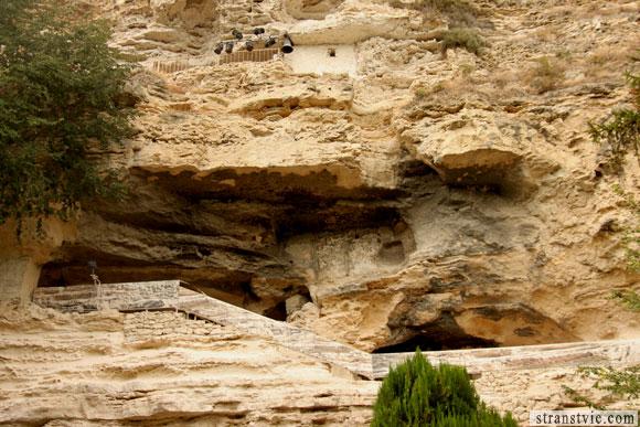 Монастырь в скале в Болгарии