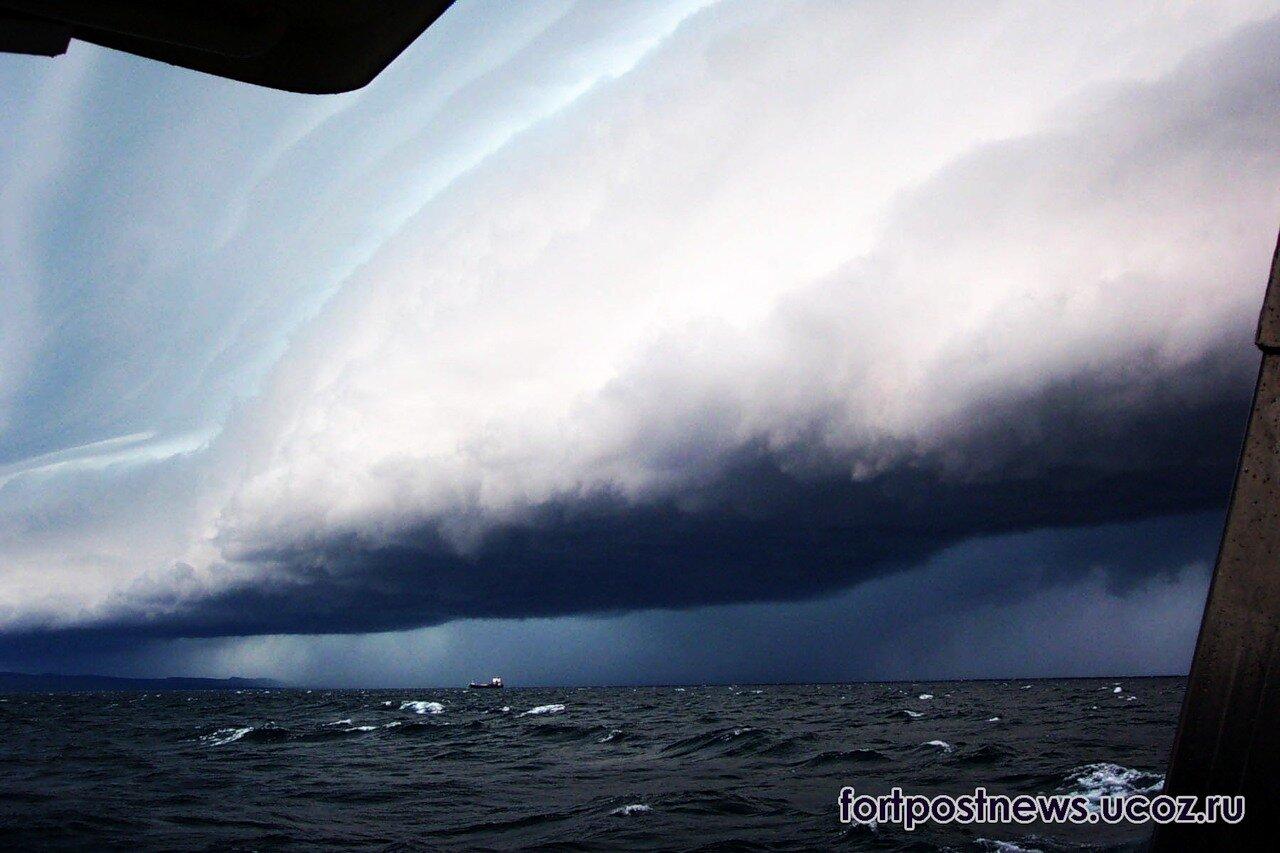 шторм на берегу моря