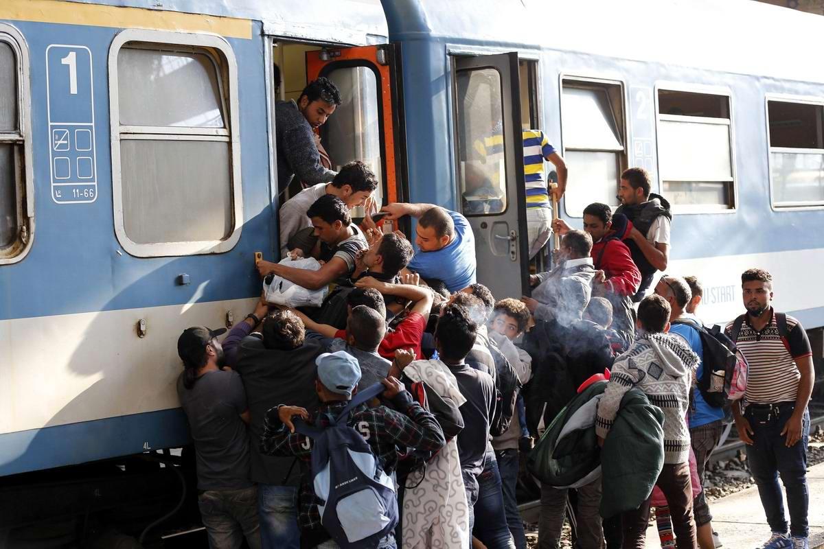 Штурм Будапешта: Мигранты с Ближнего Востока на ж/д вокзал венгерской столицы (26)