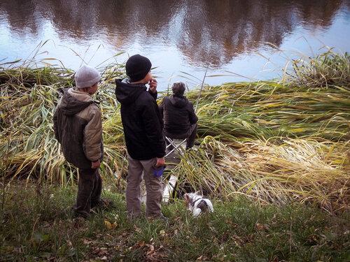 Мальчишки и рыболов