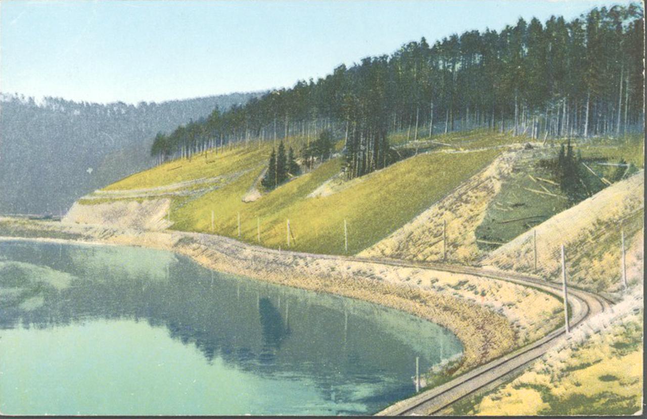 Полотно железной дороги на каменных призмах на берегу реки Хилок, вдоль песчаного косогора на 418 версте