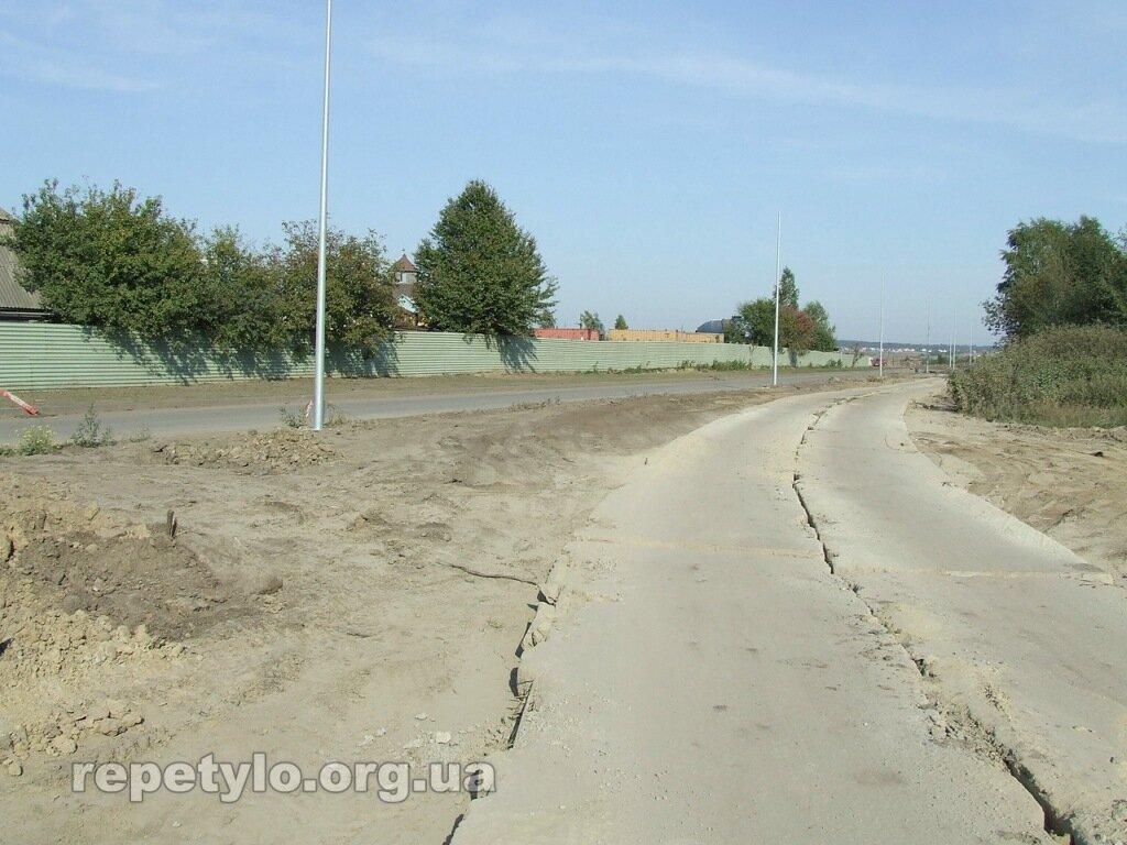 Вздовж нової дороги проклали тимчасову.