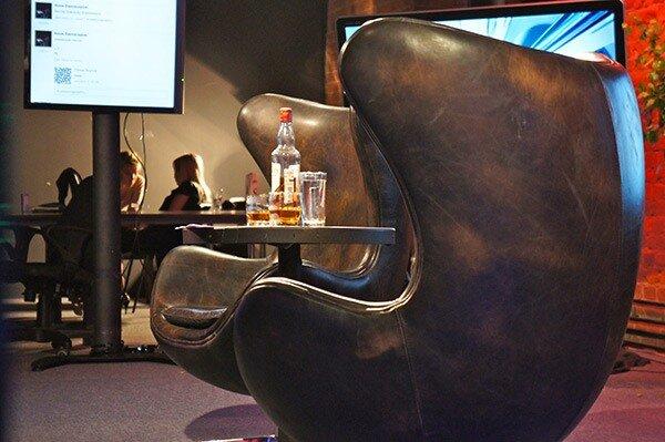 Кресла и Dewars на Minaev LIVE