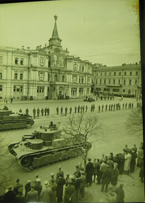 . Танки Т-28 проезжают мимо здания бывшей городской Думы, 7 ноября 1938 года. Кто не знает, сейчас этой Майдан Незалежности.