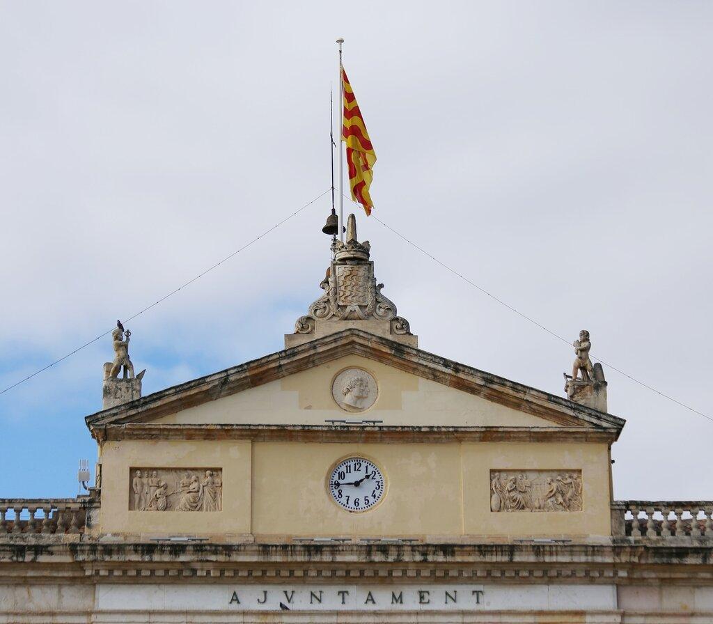 Таррагона. Пласа Де ла Фонт. Здание мэрии. Palau Municipal. Tarragona, Placa De la Font