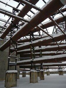 Трубы внутри недостроенной градирни