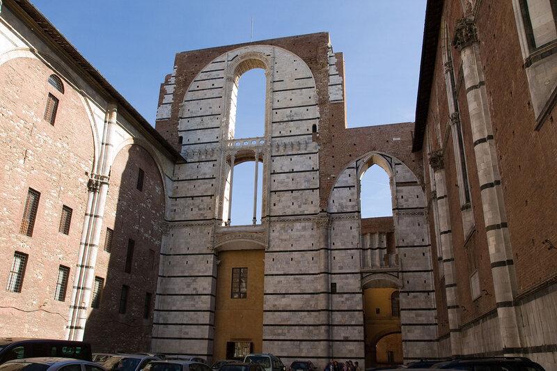 в 14 веке в Сиену, как и во всю Италию, пришла чума