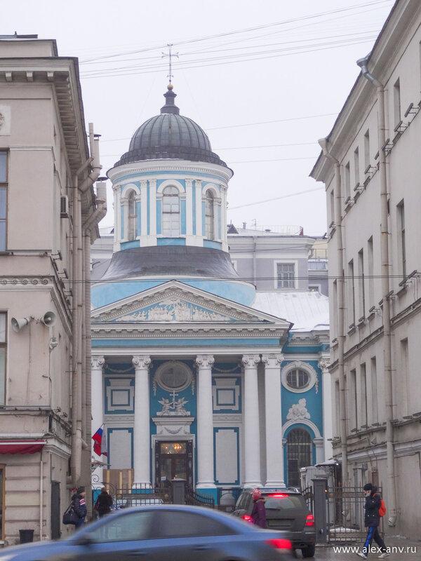 Армянская церковь Святой Екатерины скромно притулилась во дворах.