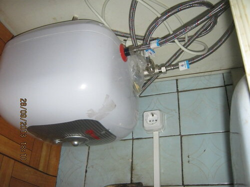 Для подключения водонагревателя на кухне пришлось тянуть проводку через 2 стены. А водопроводная часть ждёт нового смесителя для подключения.