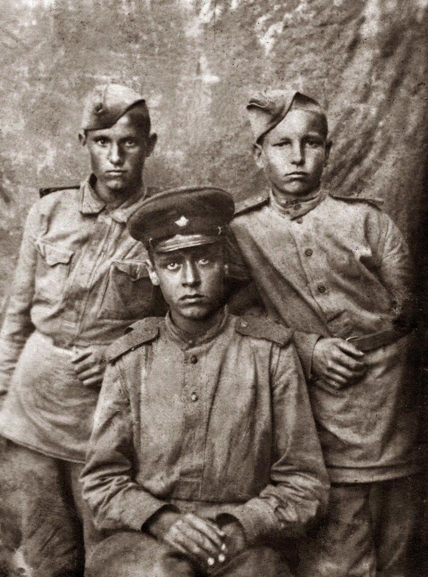 Брат мамы, Алеша Прокопенко (в центре). Погиб на фронте.