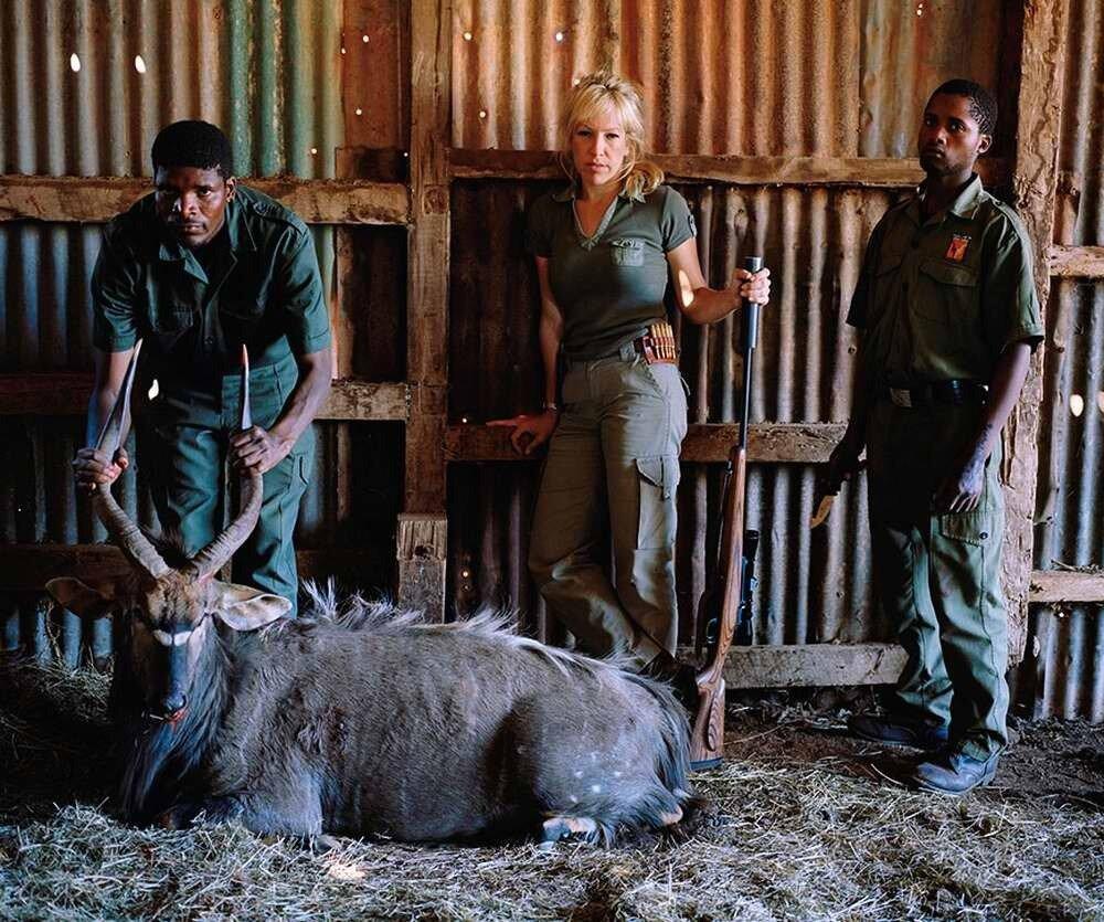Охотница со своими помощниками и подстреленной антилопой ньялой, Восточный Кейп, Южная Африка