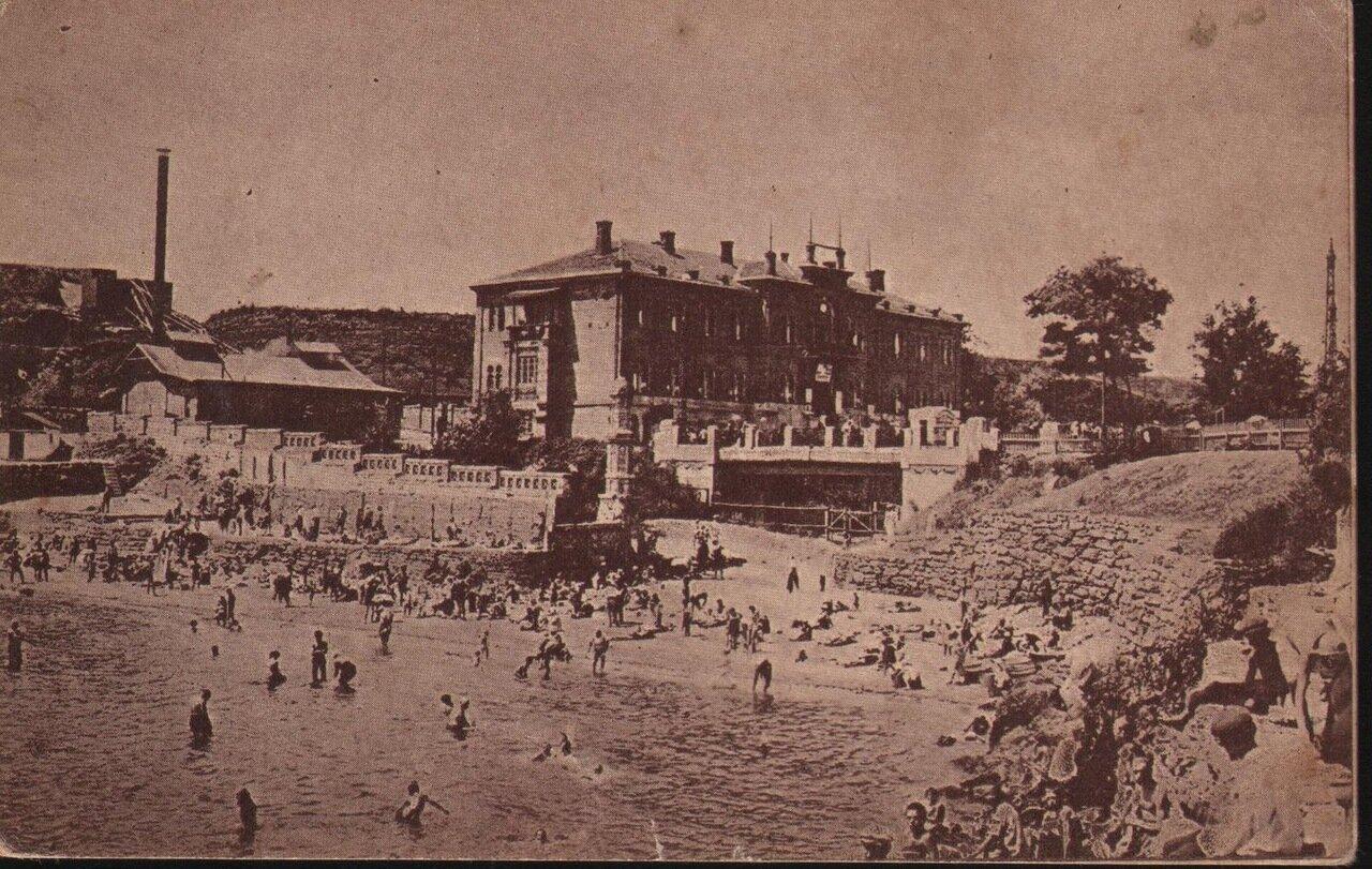 Курорт Аркадия. Вид на ванное заведение с моря