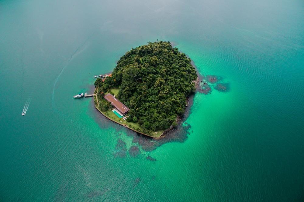 Особняк с прозрачным фасадам на острове в Бразилии