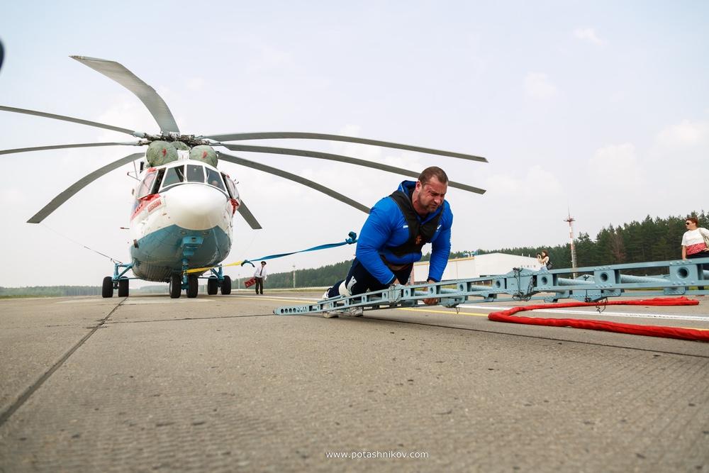 Рекордсмен книги гиннеса - Кирилл Шимко протянул самый большой вертолет в мире весом 35 тон как из фильма Крепкий орешек