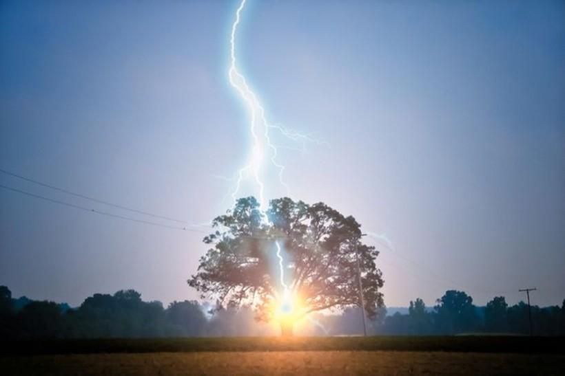Красивые фотографии молний в самых разных местах и ситуациях 0 1607a1 2dfa3d0c orig