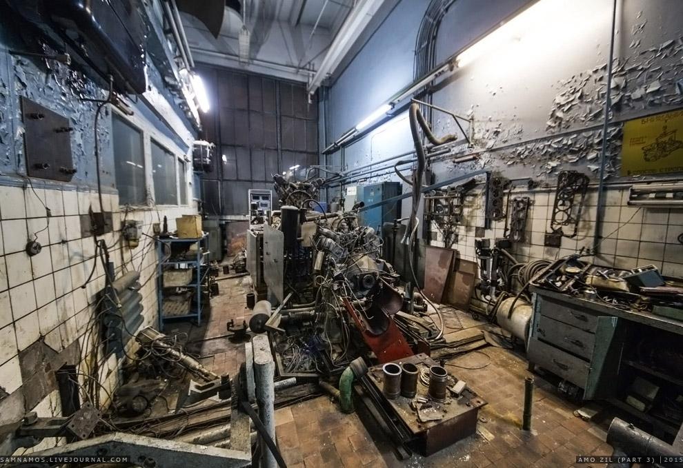 18. В соседней лаборатории оказалось гораздо чище. Сверху свисает пульт управления кран-балкой.