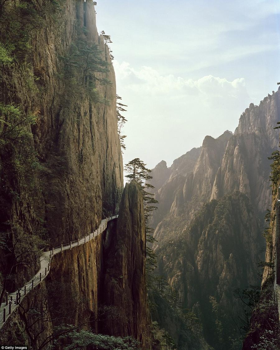 5. Деревянный мост в горах Хуаньшань. Этот пейзаж в провинции Аньхой часто встречается на китайских