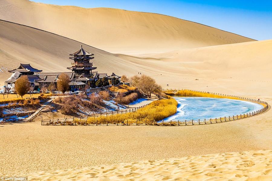 15. Озеро Юэяцюань («Растущее озеро») в оазисе Дуньхуан, как считают, существует уже более двух тыся