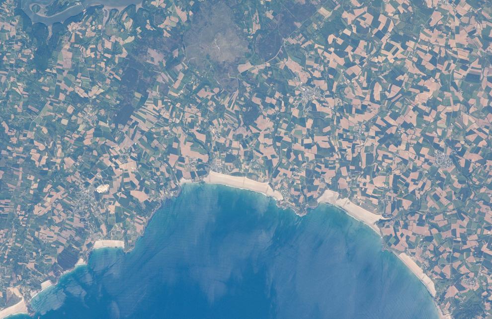 14) Пляжи и сельскохозяйственный район на севере Дуарненез, Франция. (NASA/JSC)