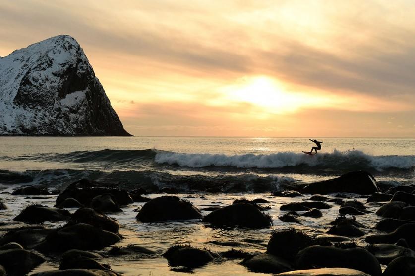 Главное — поймать волну на заснеженном берегу.